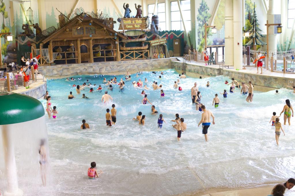 Que tal se hospedar num hotel com parque aquático indoor?