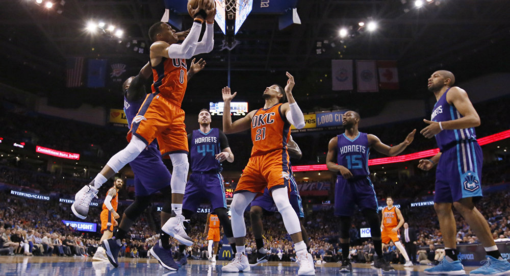 Torcedor mostra habilidade inédita em quadra de basquete (VÍDEO)