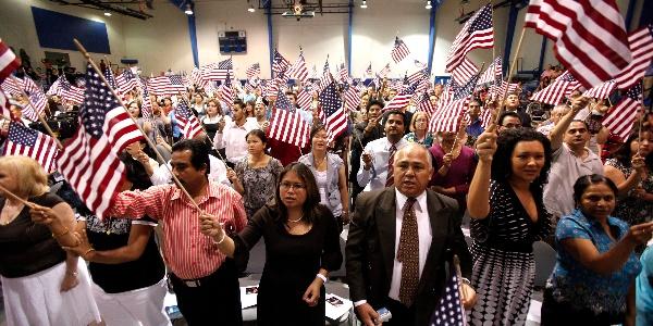 Deputados anunciam US$ 400 mil para imigrantes se tornarem americanos