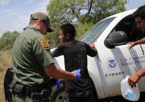 Cresce em 38% apreensão de famílias imigrantes na fronteira dos EUA