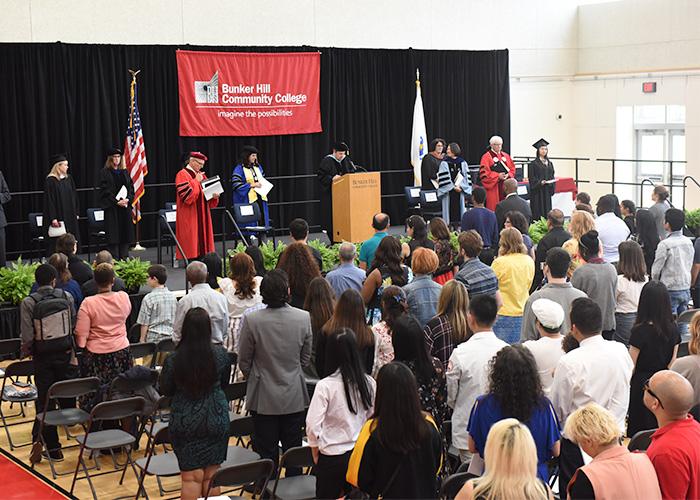 Prefeito anuncia bolsas de estudo para estudantes de baixa renda