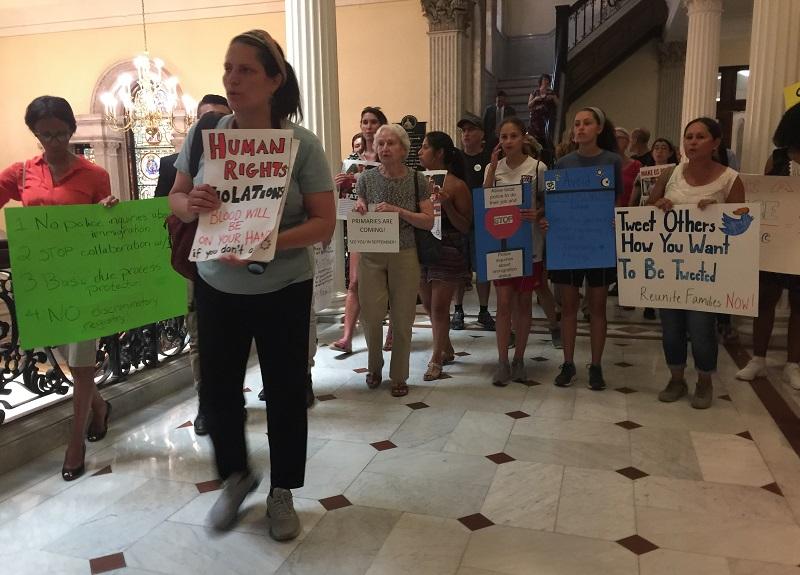 Protestos chegam à Assembleia para aprovar medidas pró-imigrantes