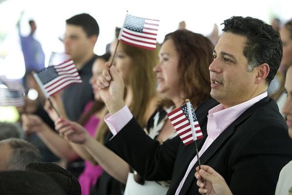 Prefeitos dos EUA exigem que Trump reduza espera para cidadania americana