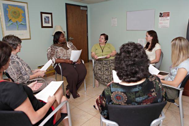 Brasileiras compartilham histórias de sobrevivência em exposição sobre violência doméstica