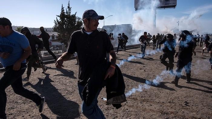 Imigrantes são recebidos com gás lacrimogêneo ao tentarem cruzar a fronteira dos EUA