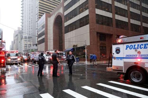Helicóptero cai em telhado de prédio em Nova York